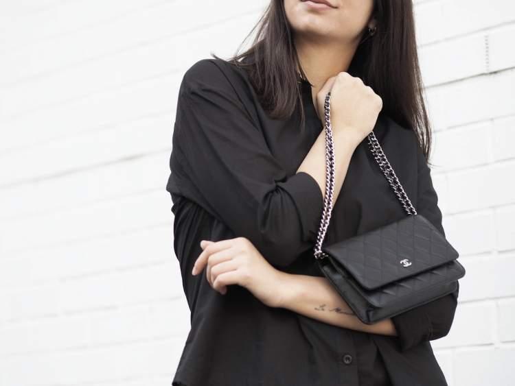 siyah gömlek giydiğini görmek