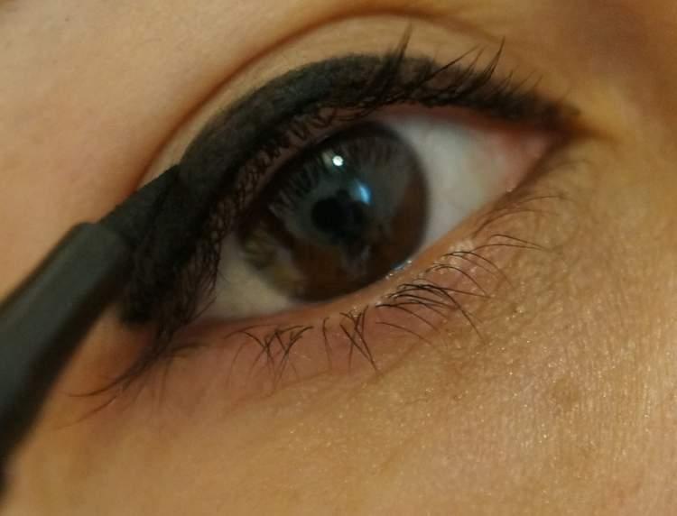 Rüyada Siyah Göz Kalemi Görmek