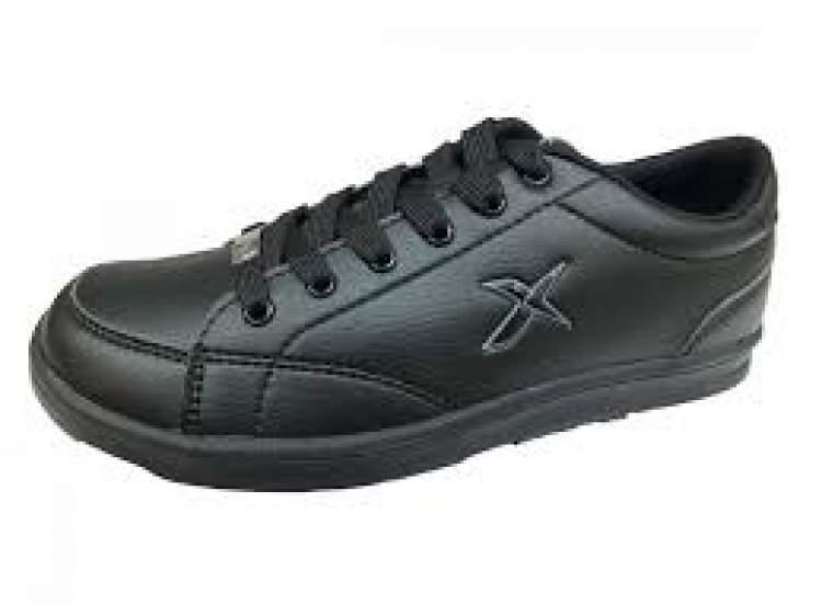 siyah spor ayakkabı görmek