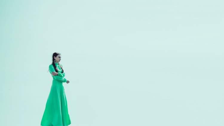 su yeşili elbise görmek