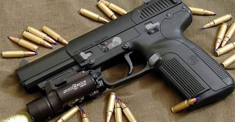 tabanca ve mermi görmek