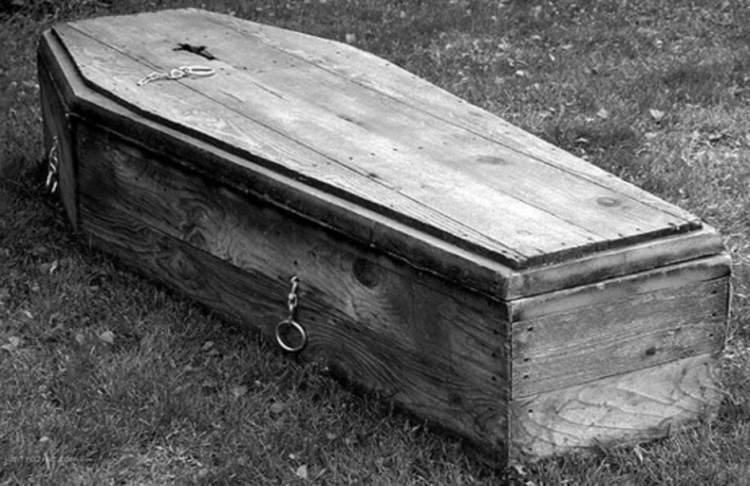tabut içinde cenaze görmek