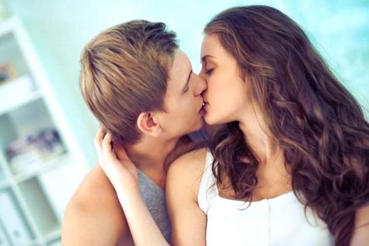 tanımadığı bir erkekle öpüşmek