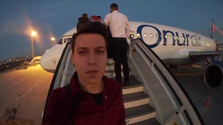 uçağa bindiğini görmek