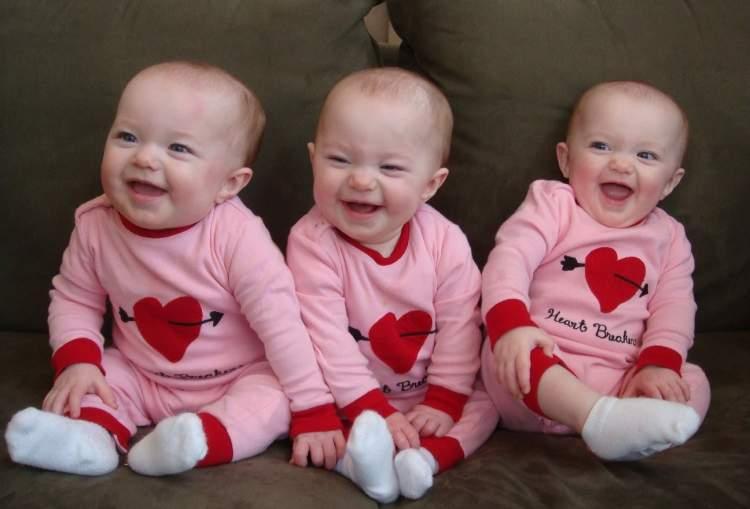 üçüz erkek bebek görmek ve emzirmek