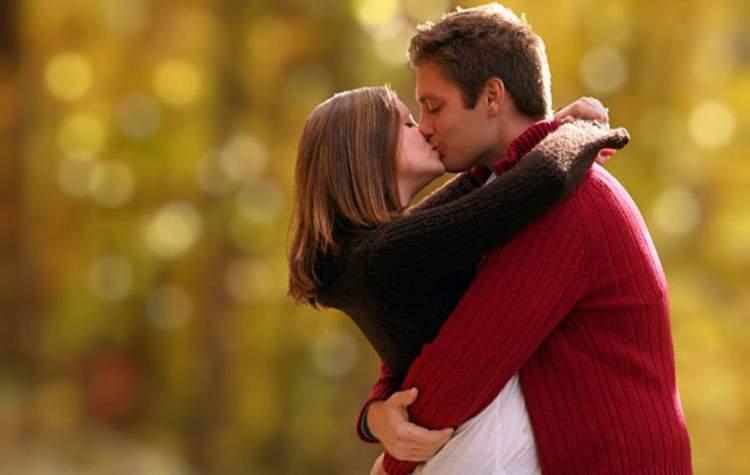 yabancı erkekle öpüşmek