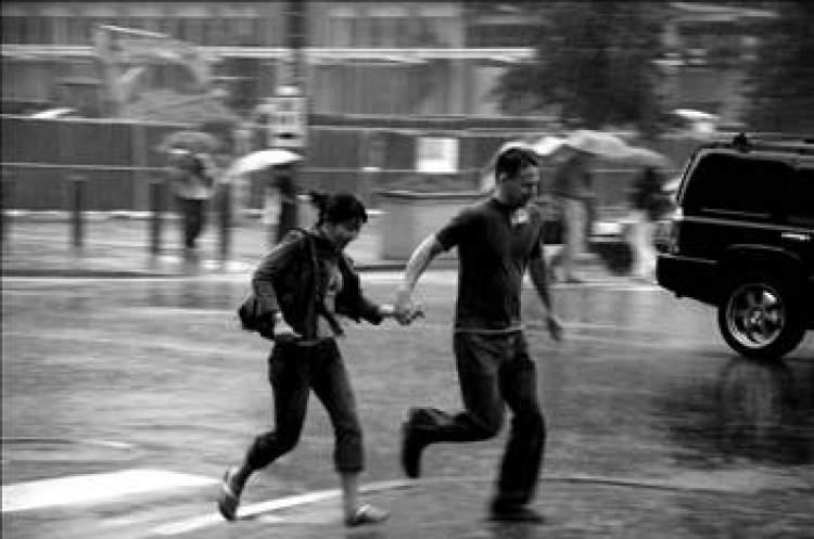 yağmurda ıslanmak ve koşmak