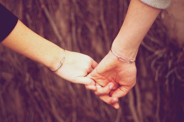 yakın arkadaşının elini tutmak