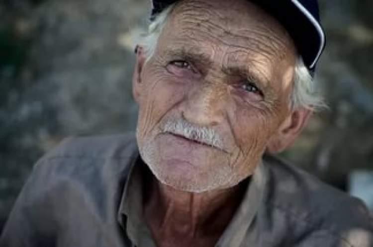 yaşlı adam görmek