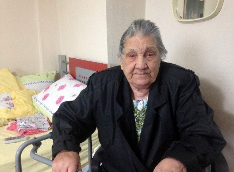 yaşlı kadın dövmek