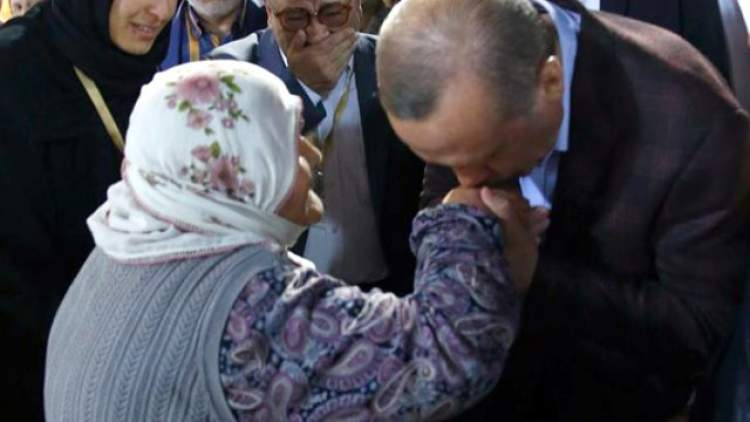 yaşlı kadın eli öpmek