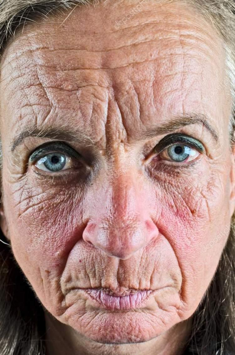 yaşlı kadın elini öpmek