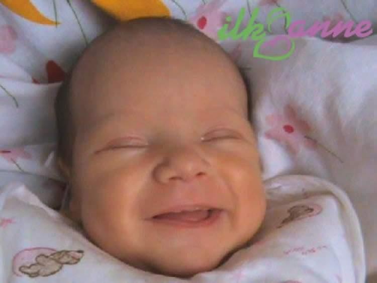 yeni doğmuş bebeğin güldüğünü görmek