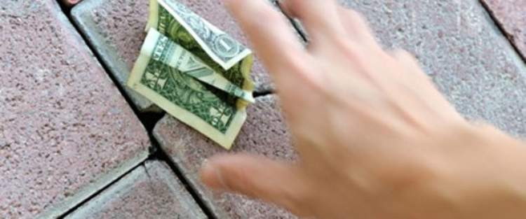 yerde para görüp almak