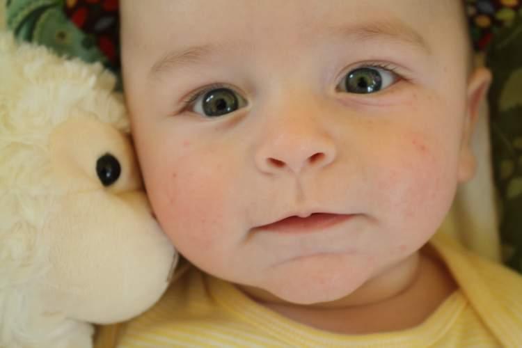 yeşil gözlü bebek görmek