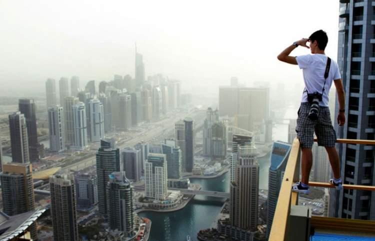 yüksek binadan bakmak