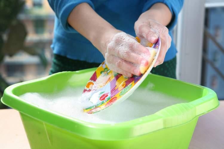 annenin bulaşık yıkadığını görmek