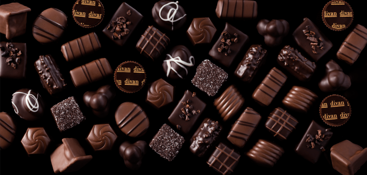 arkadaşına çikolata vermek