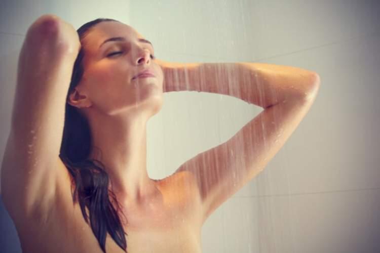 banyo yapan birisini görmek