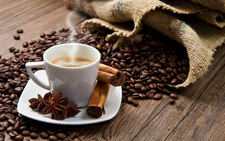 bir erkeğe kahve vermek