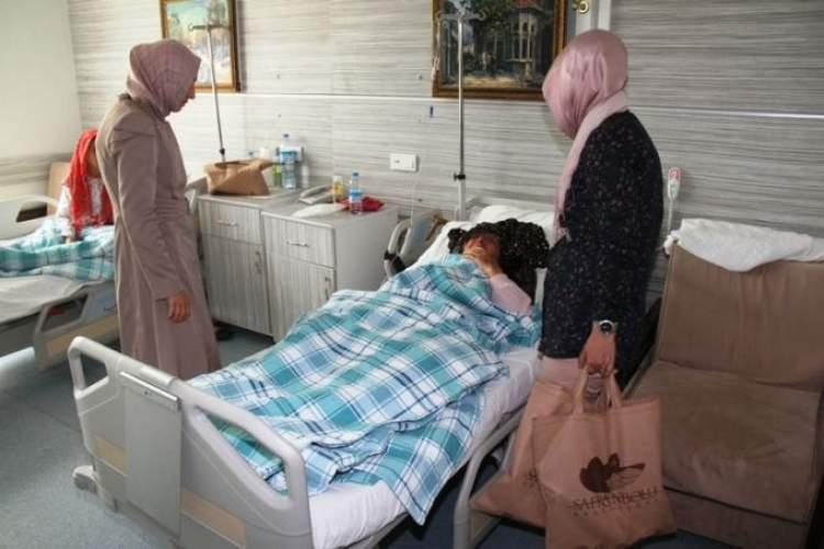 birinin hastanede yattığını görmek