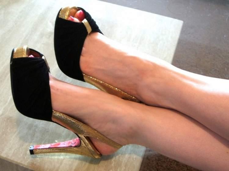 büyük kadın ayağı görmek
