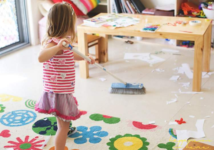 children cleaning their room - 560×392