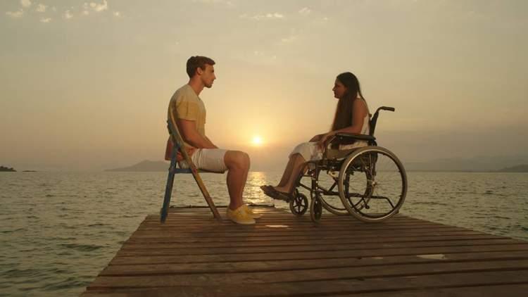 engelli birini kucağında taşımak