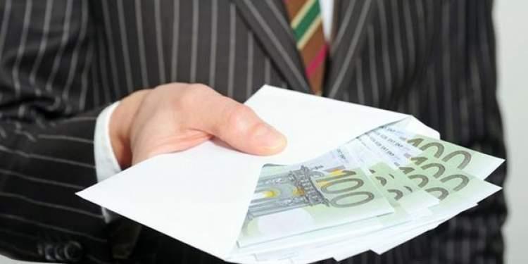 eşinin kağıt para saydığını görmek