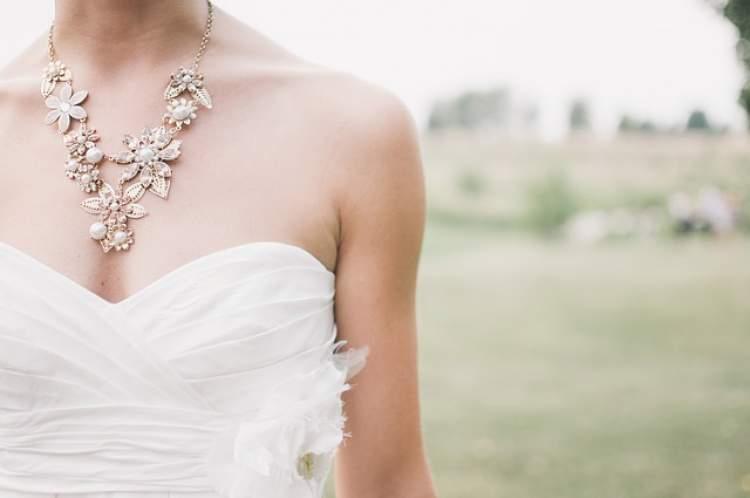 evli birinin gelinlik ve damatlık giymesi