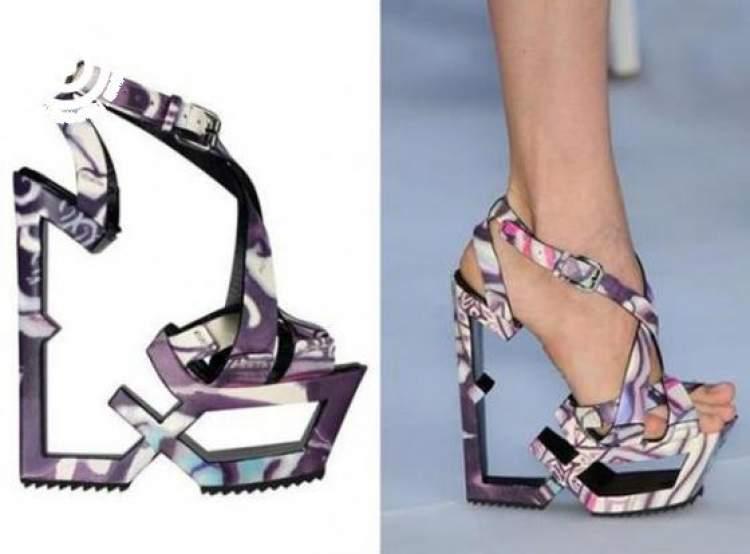 farklı ayakkabı giydiğini görmek