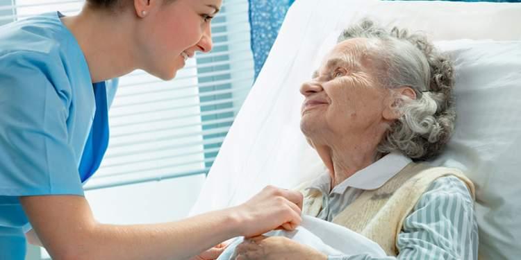 hasta annenin iyileştiğini görmek