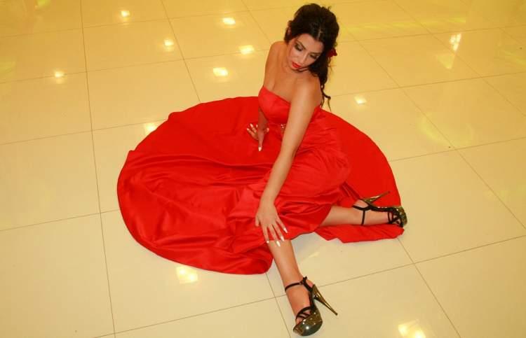 kırmızı abiye elbise giydiğini görmek