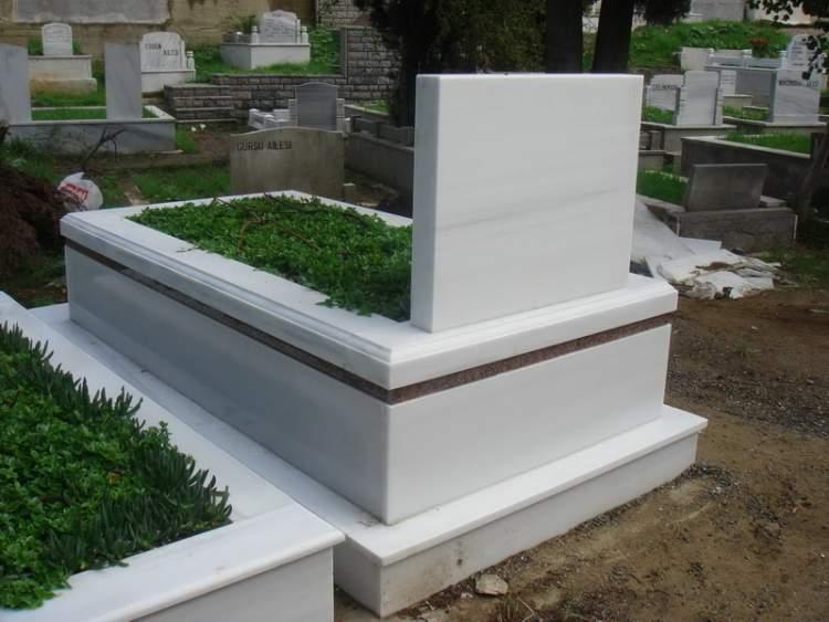ölmüş birinin mezarını açık görmek