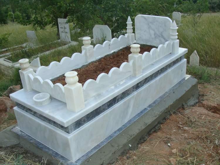 ölmüş birinin mezarını görmek