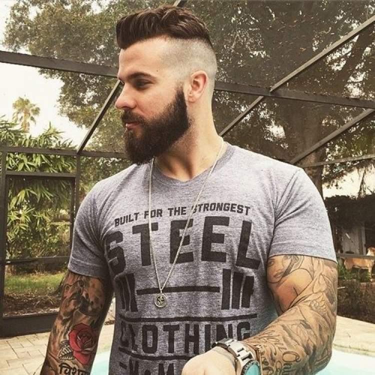 sakallı genç adam görmek