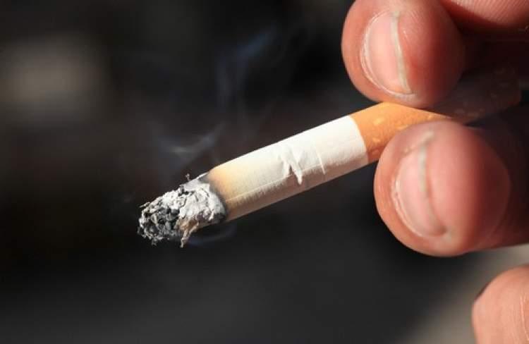sigarayı elinde tutmak