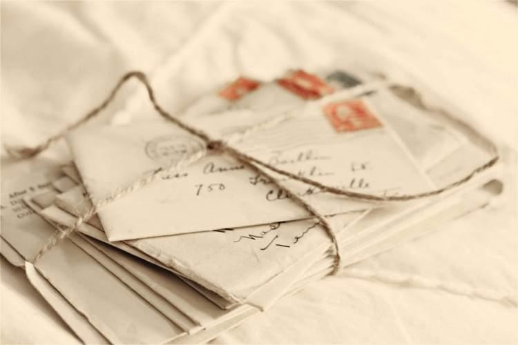 beyaz zarf içinde kağıt para almak