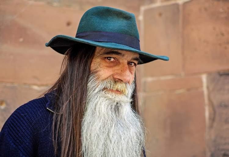sakallı bıyıklı adam görmek