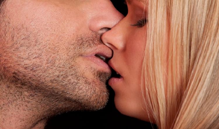 birini dudağından öpmek