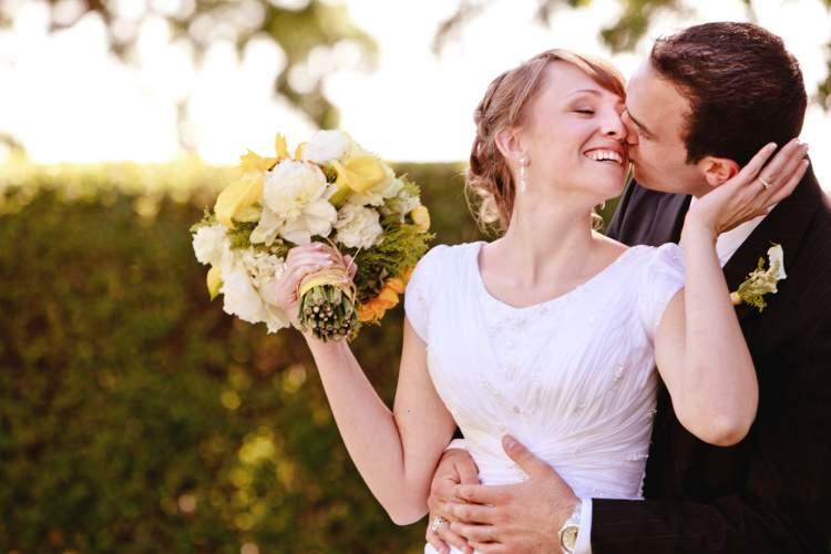 sevgiliyle evli olduğunu görmek