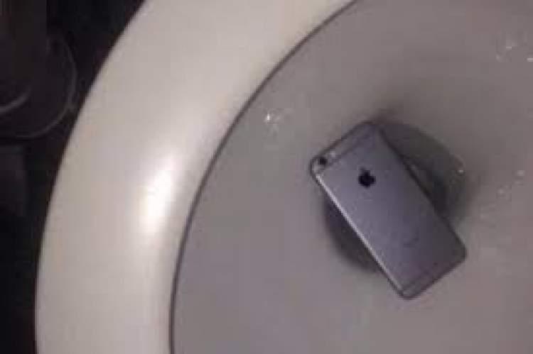telefonu tuvalete düşürmek
