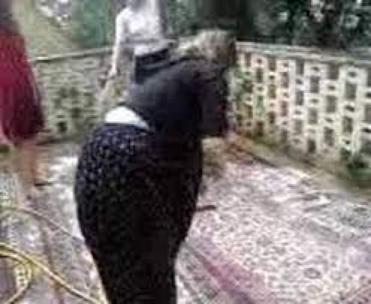halı yıkayan kadın görmek